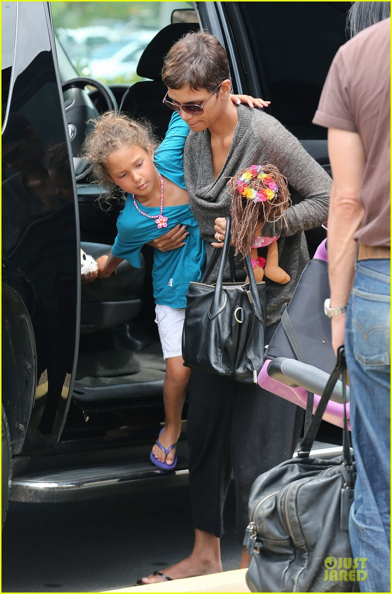 halle berry olivier martinez maui departure with nahla 012841603