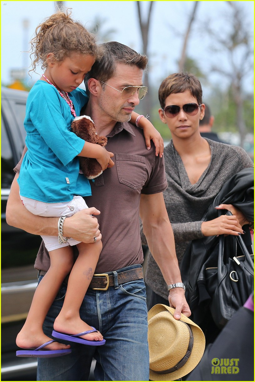 halle berry olivier martinez maui departure with nahla 022841604