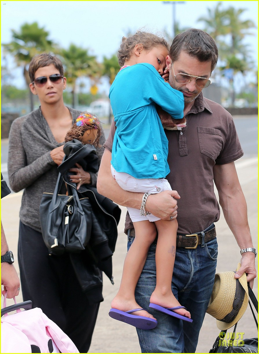 halle berry olivier martinez maui departure with nahla 232841625