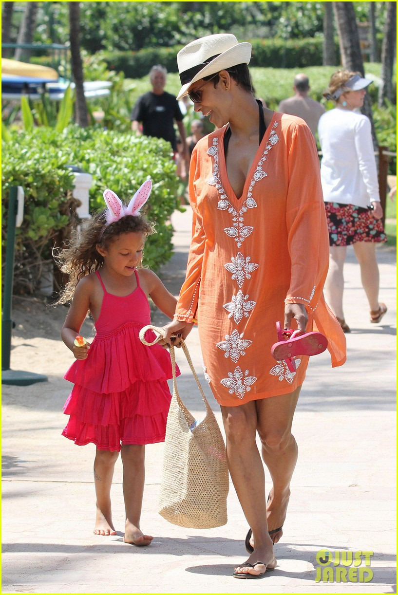 halle berry maui easter egg hunt with nahla 052841392