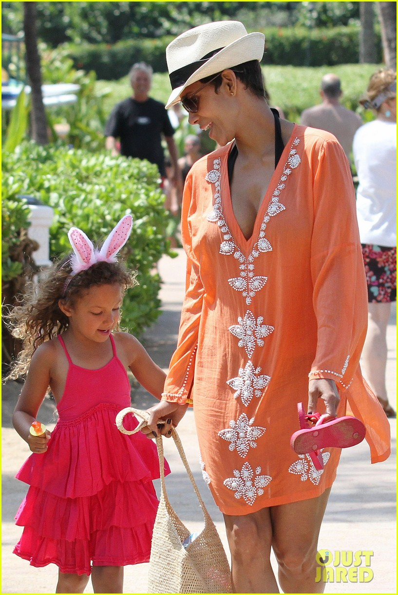 halle berry maui easter egg hunt with nahla 072841394