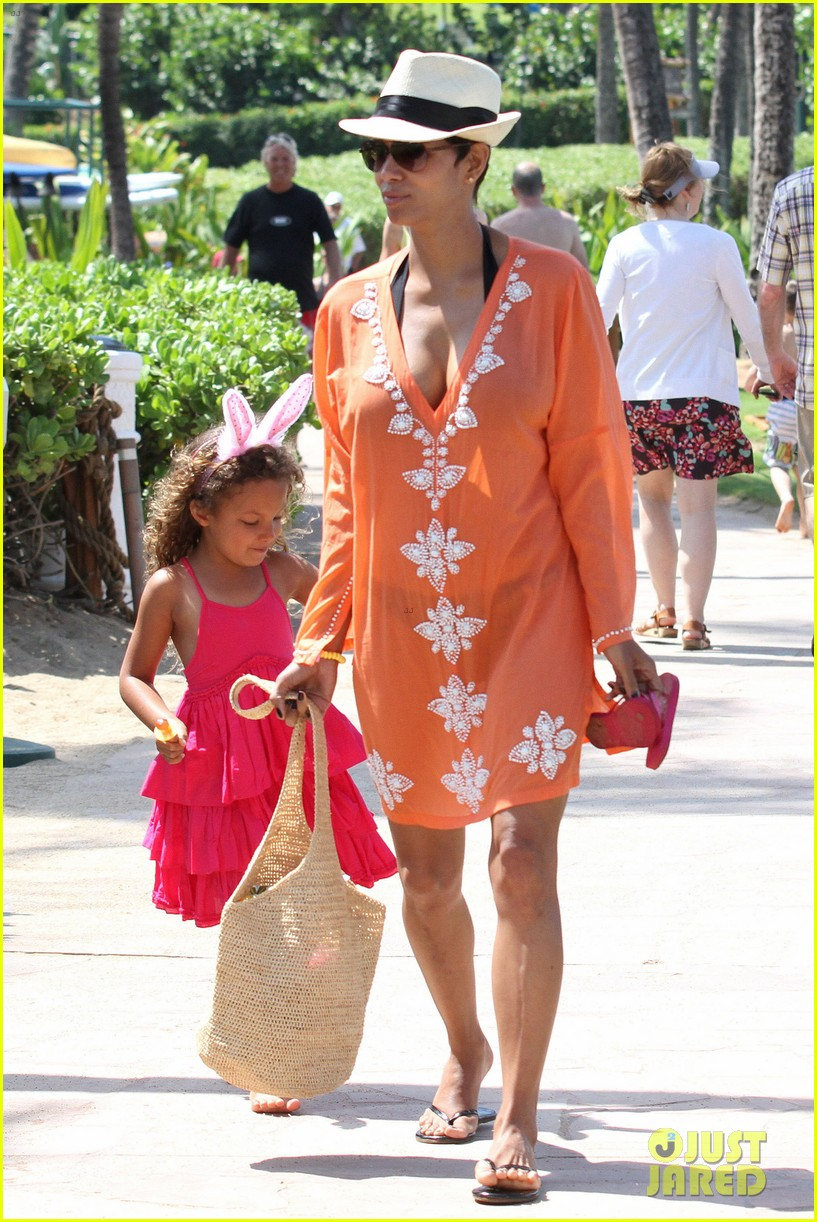 halle berry maui easter egg hunt with nahla 092841396