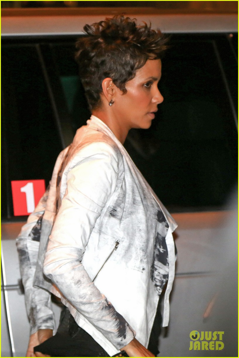 pregnant halle berry mama cannot take time off 022847181