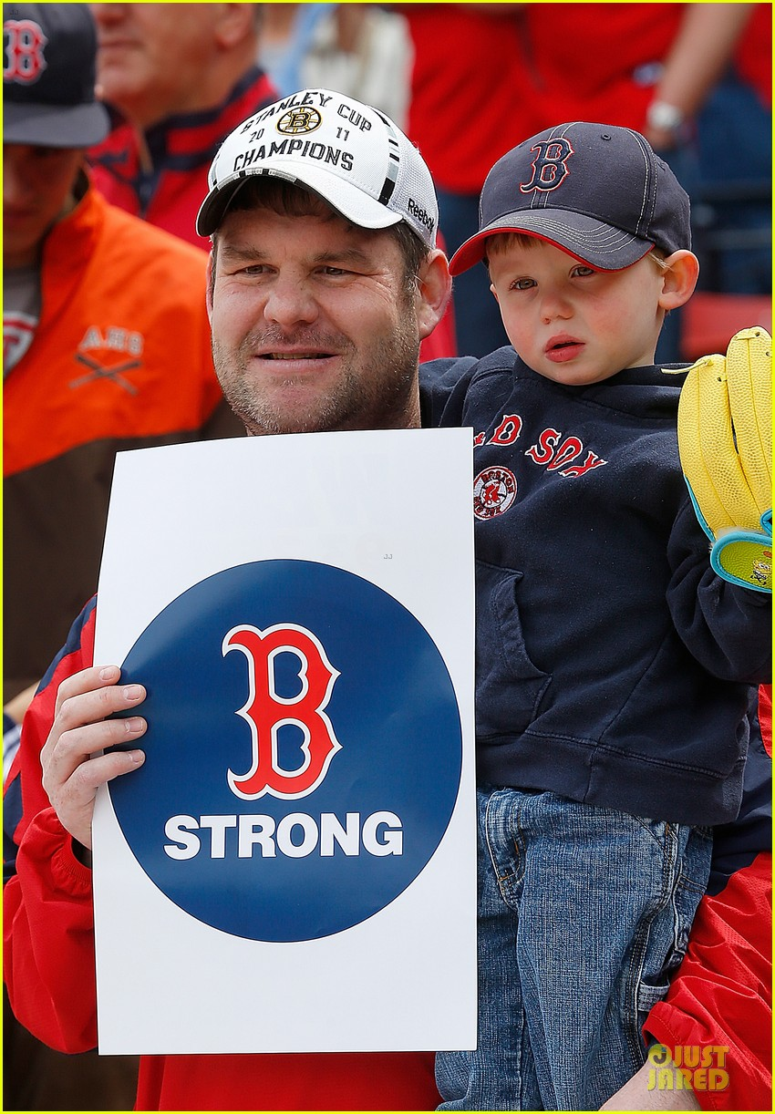 boston red sox pay tribute to bombing victims 02