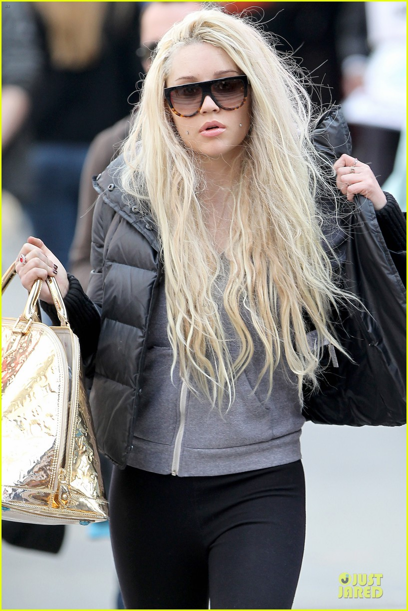 amanda bynes pierced cheeks in the big apple 05
