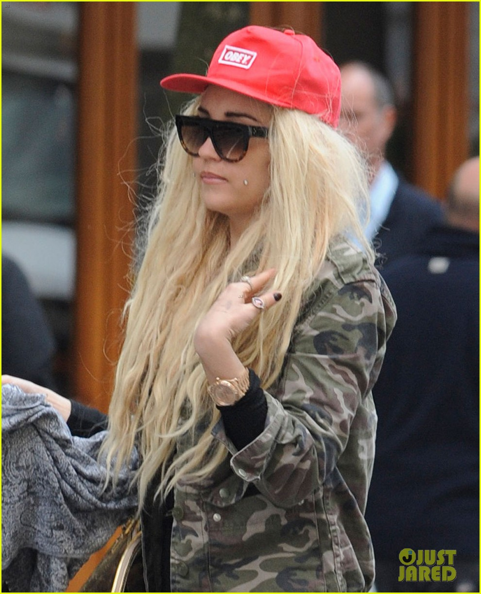 amanda bynes sucks on sour patch kid in new video 022851503
