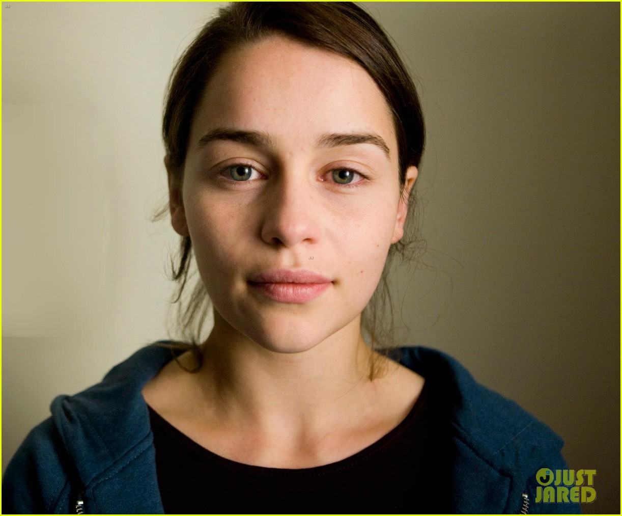 emilia clarke goes without makeup in facebook photo 02