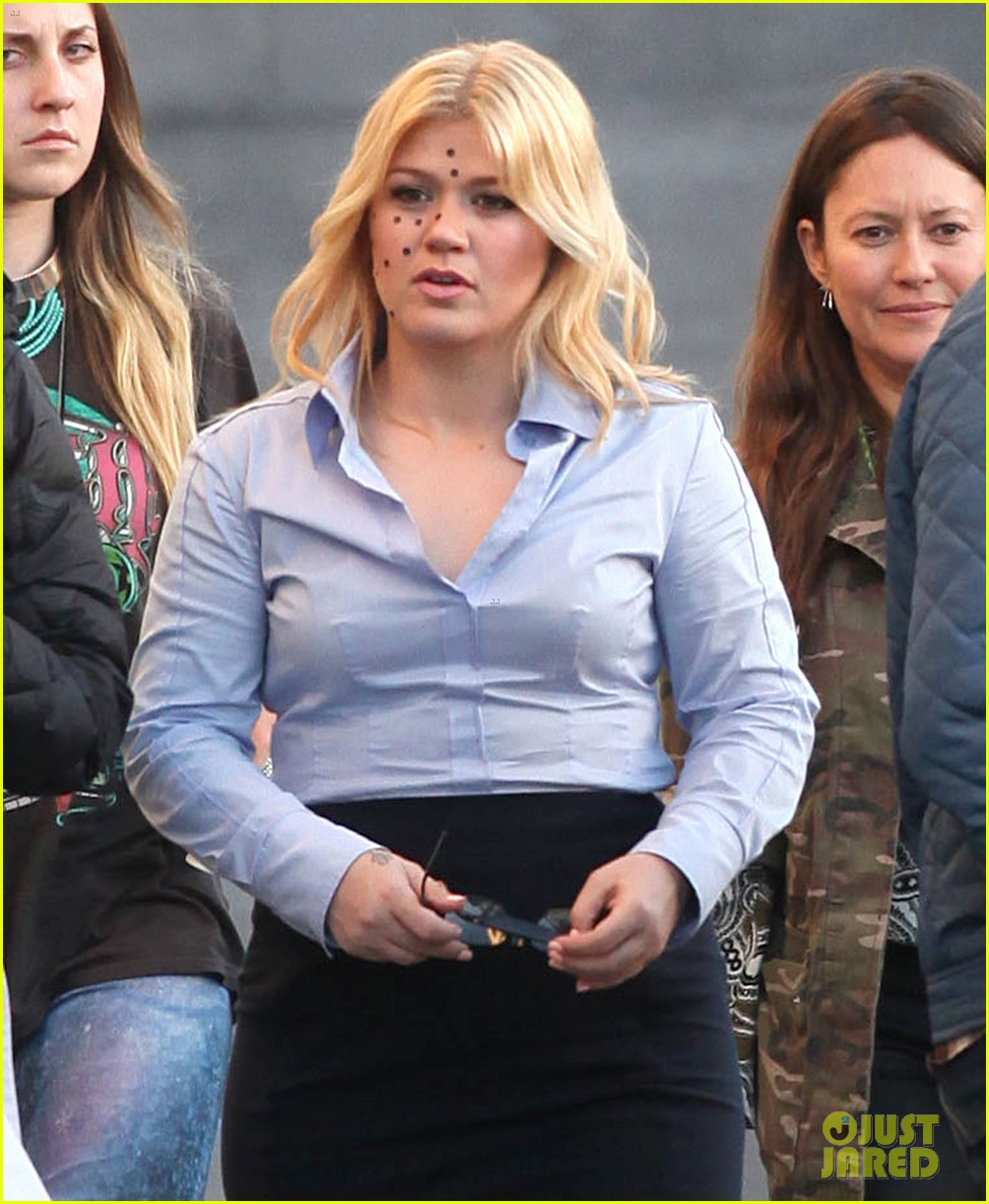 kelly clarkson dotted face on people like us video set 022846617