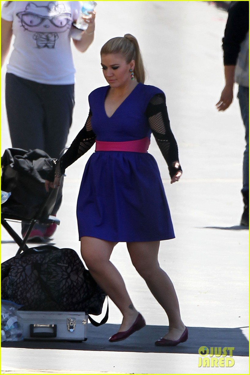 kelly clarkson dotted face on people like us video set 052846620
