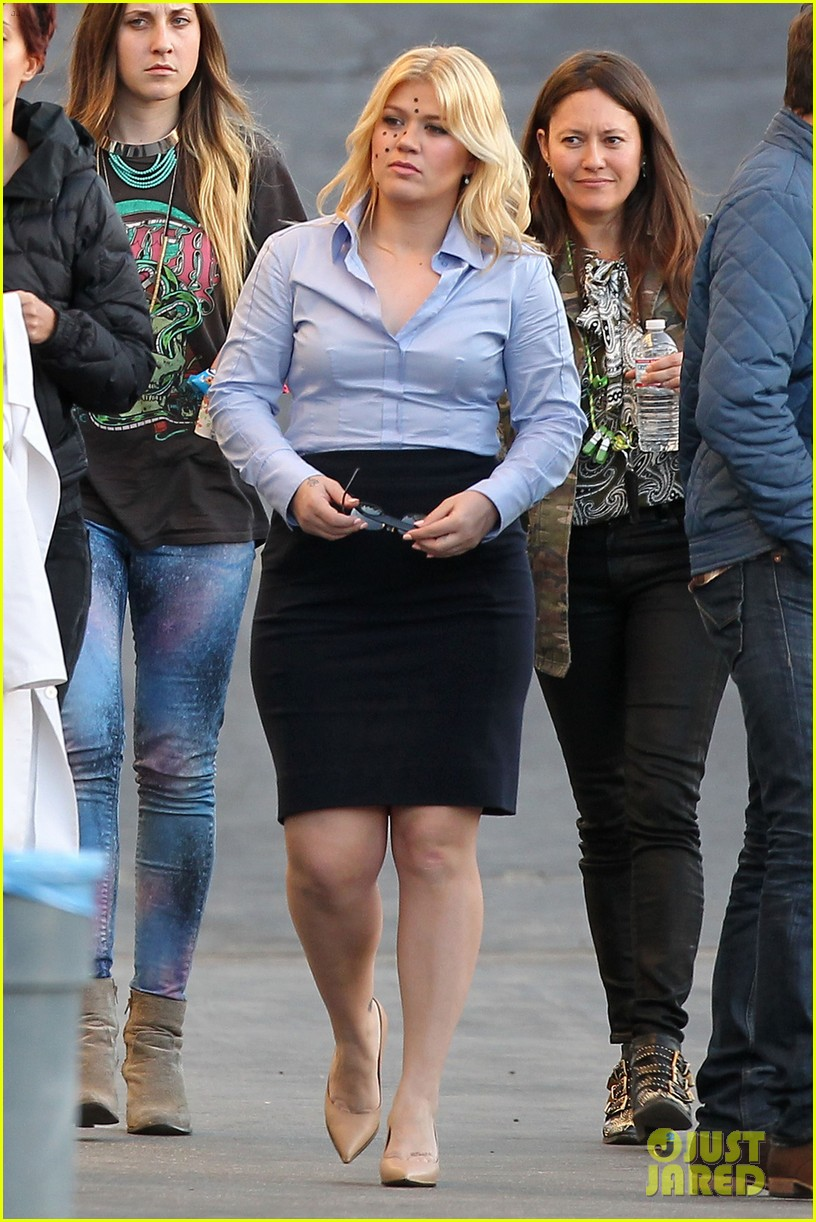 kelly clarkson dotted face on people like us video set 06