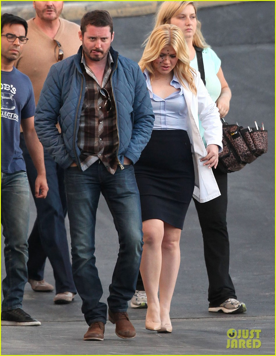 kelly clarkson dotted face on people like us video set 12