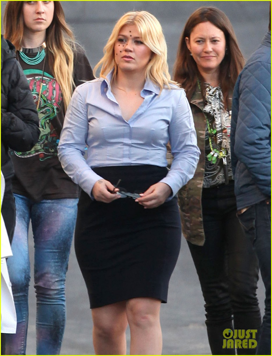 kelly clarkson dotted face on people like us video set 19