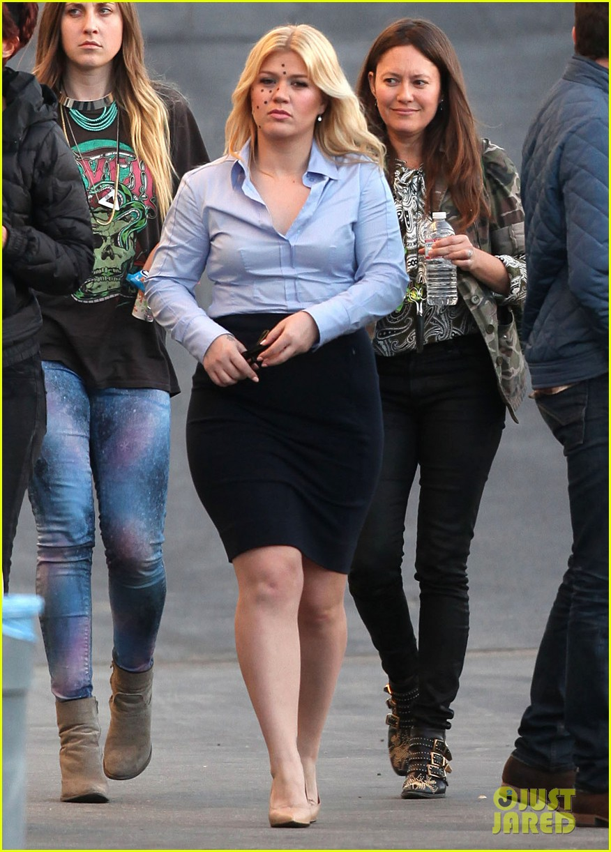 kelly clarkson dotted face on people like us video set 21