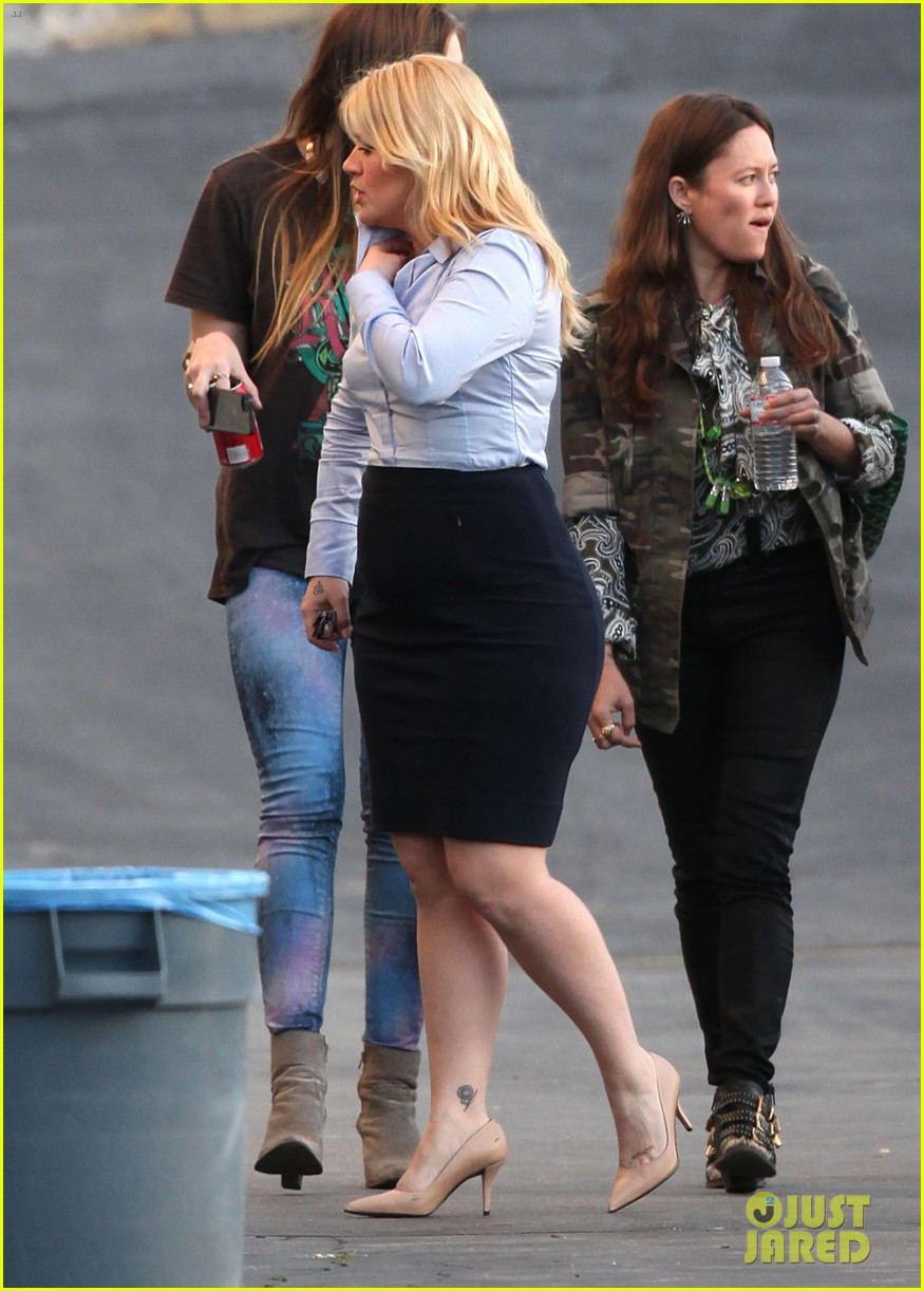 kelly clarkson dotted face on people like us video set 24