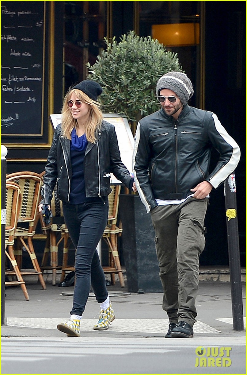 bradley cooper suki waterhouse kiss hold hands in paris 03