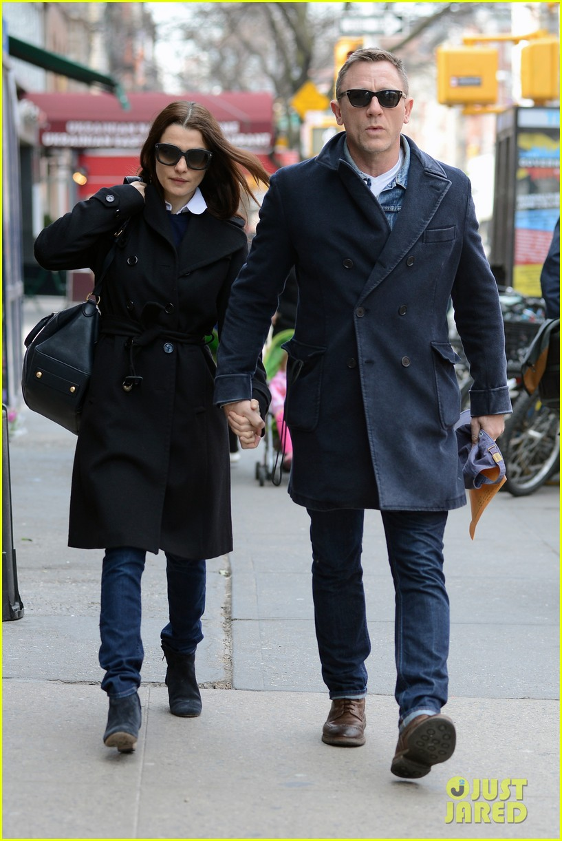 daniel craig rachel weisz hold hands after betrayal news 05