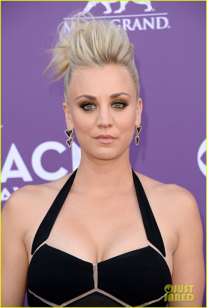 kaley cuoco beth behrs acm awards 2013 red carpet 02