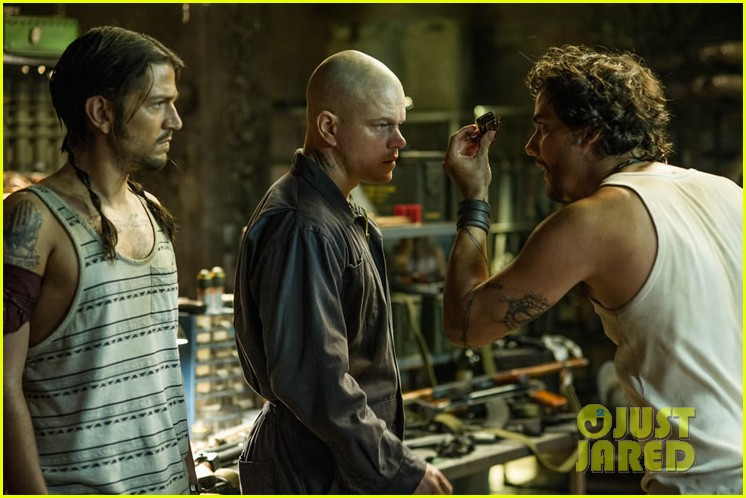matt damon shirtless in elysium new trailer photos 04
