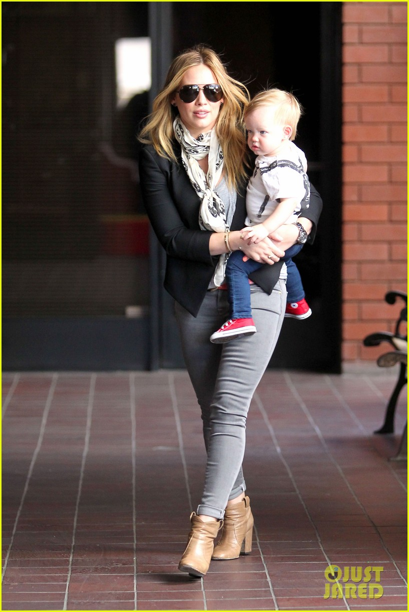 hilary duff sunny afternoons with baby luca 072853574