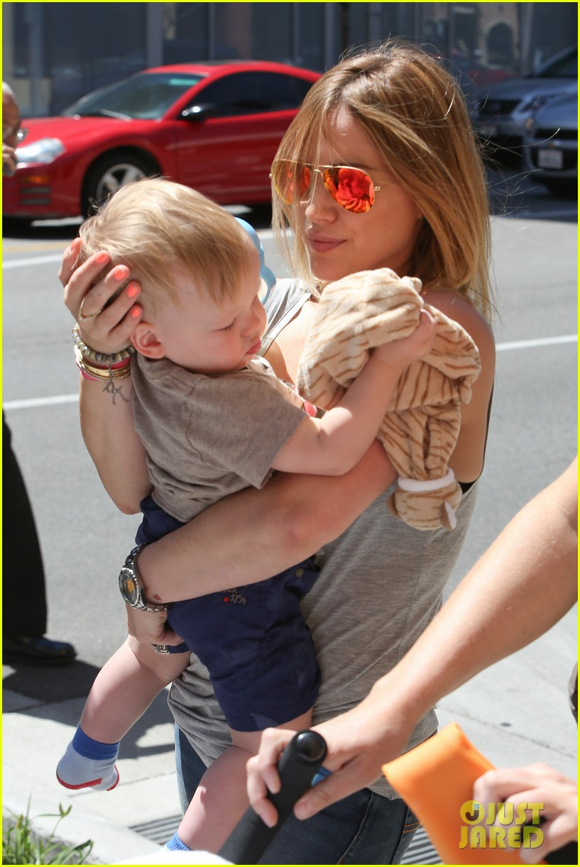 hilary duff sunny afternoons with baby luca 22