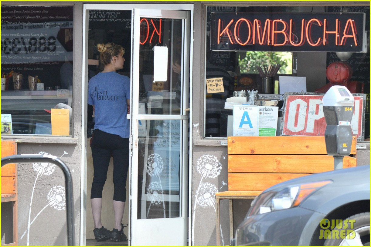 kirsten dunst vegan lunch stop 072842049