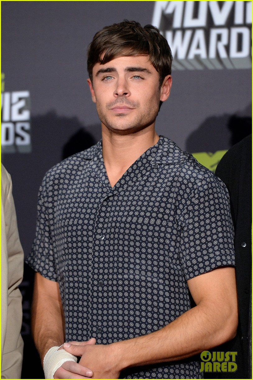 zac efron mtv movie awards 2013 with pantsless seth rogen 042850277