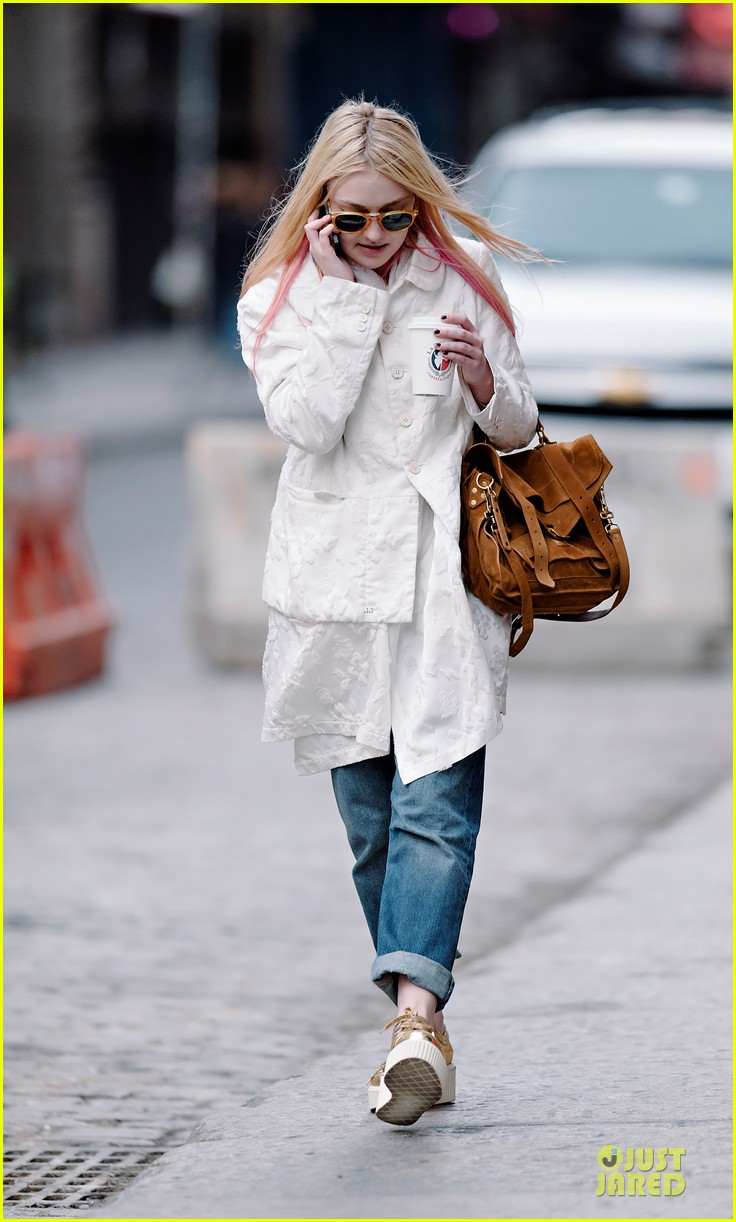 dakota fanning pink haired phone chatter 012844173