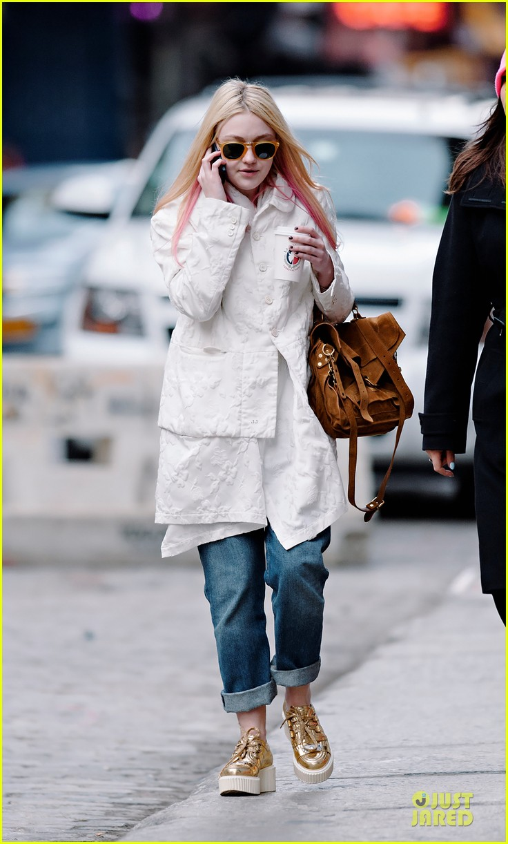 dakota fanning pink haired phone chatter 032844175