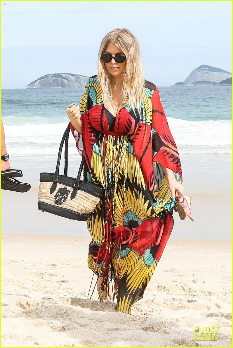fergie pregnant brazilian beach stroll 092843881