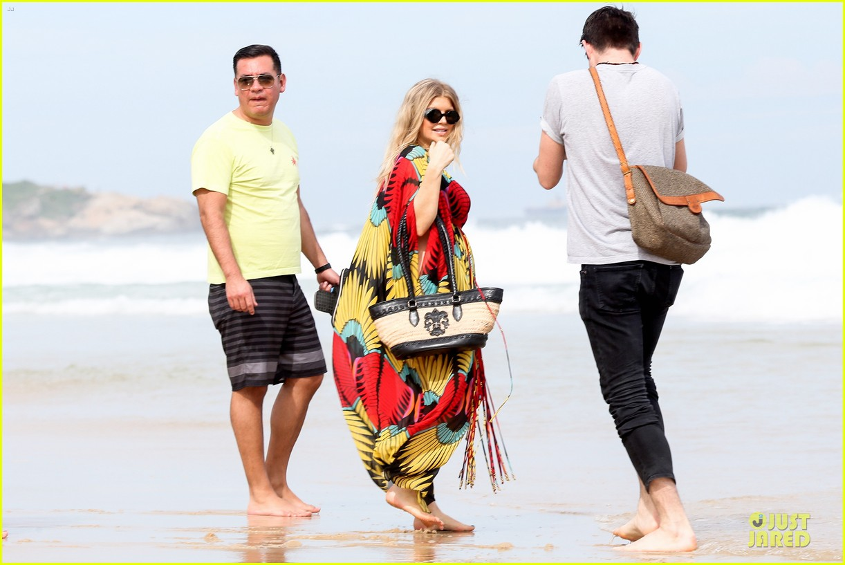 fergie pregnant brazilian beach stroll 102843882