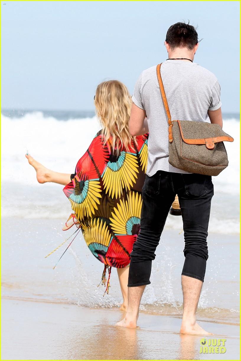 fergie pregnant brazilian beach stroll 182843890
