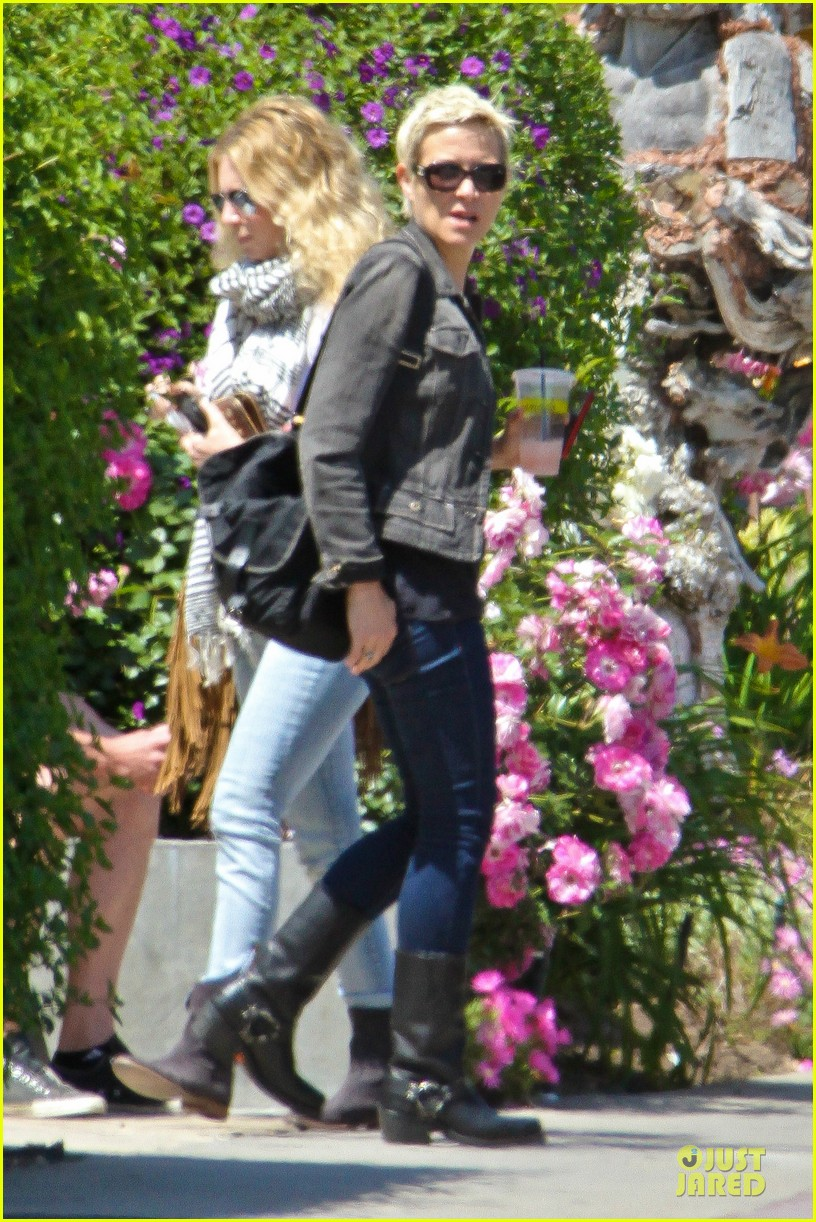 jodie foster lemonade cafe with gal pal 03