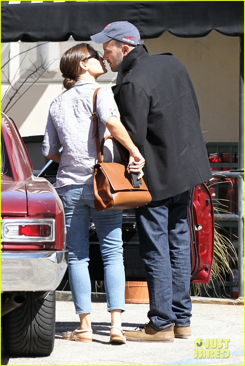 jennifer garner ben affleck kissing couple 11