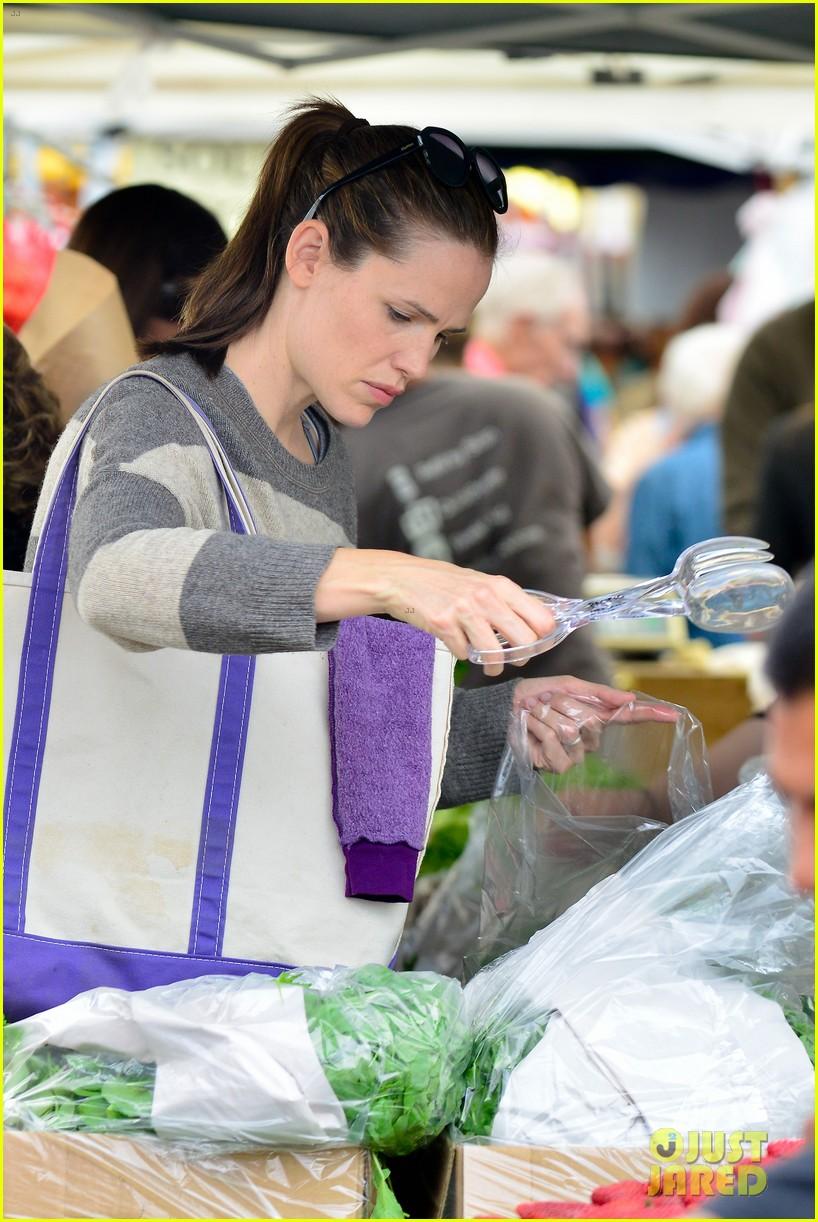jennifer garner farmers market trip violet seraphina 302845008