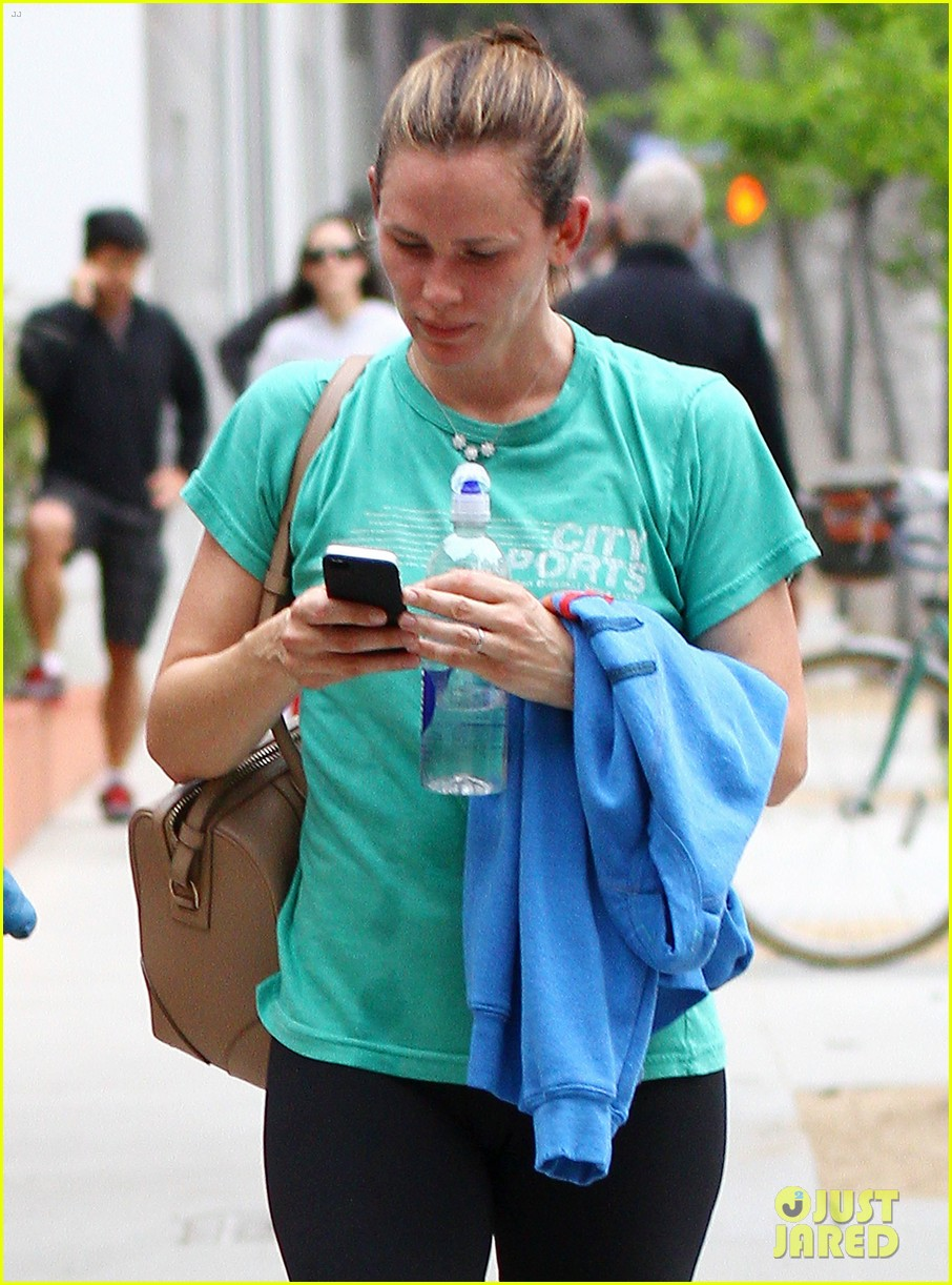 jennifer garner walks past tobey maguire without noticing 022857519