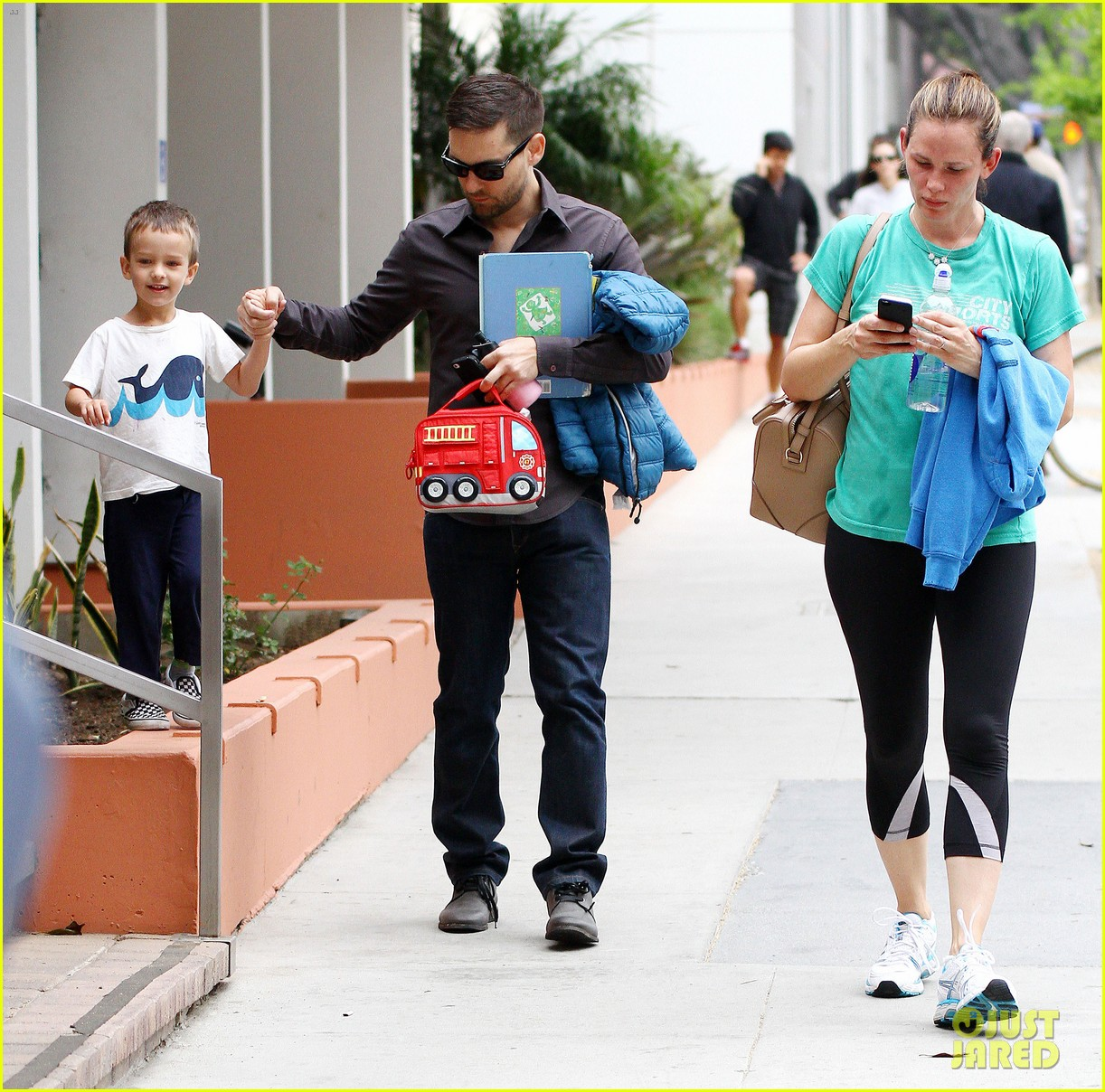 jennifer garner walks past tobey maguire without noticing 03