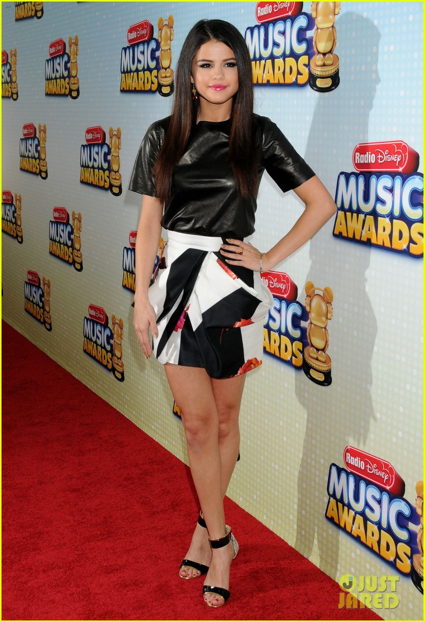 selena gomez radio disney music awards 2013 red carpet 062859610