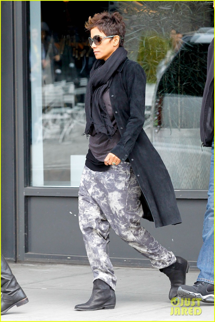 halle berry pregnant shopper in nyc 012845087