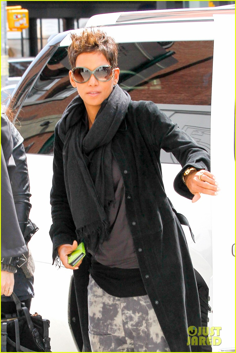 halle berry pregnant shopper in nyc 02
