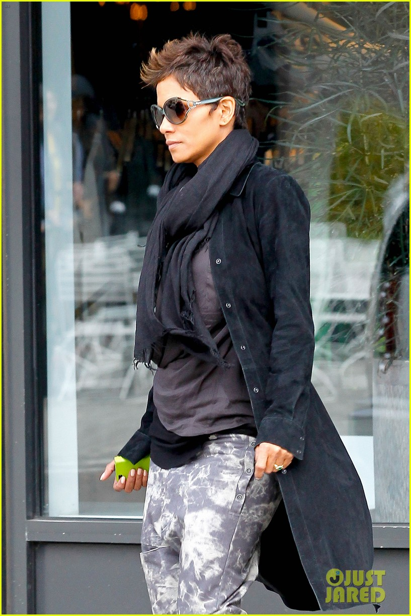 halle berry pregnant shopper in nyc 042845090