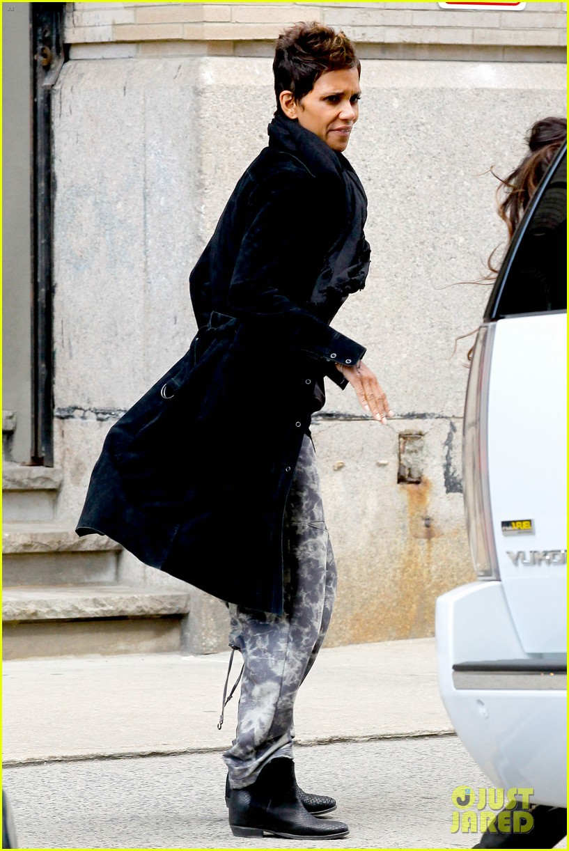 halle berry pregnant shopper in nyc 052845091