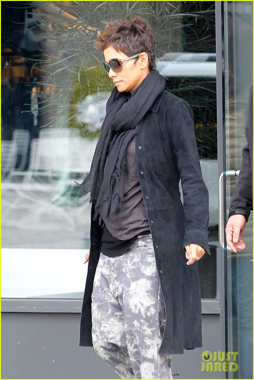 halle berry pregnant shopper in nyc 082845094