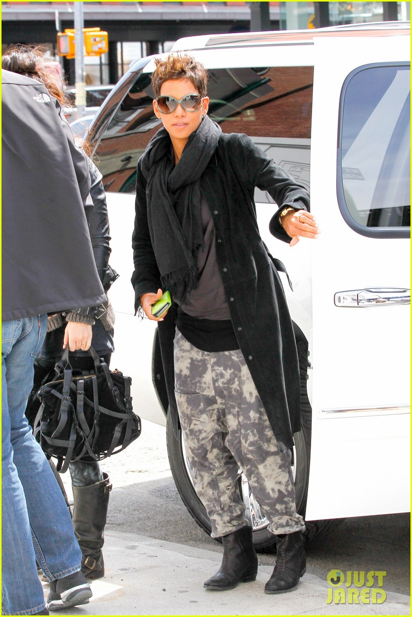 halle berry pregnant shopper in nyc 102845096