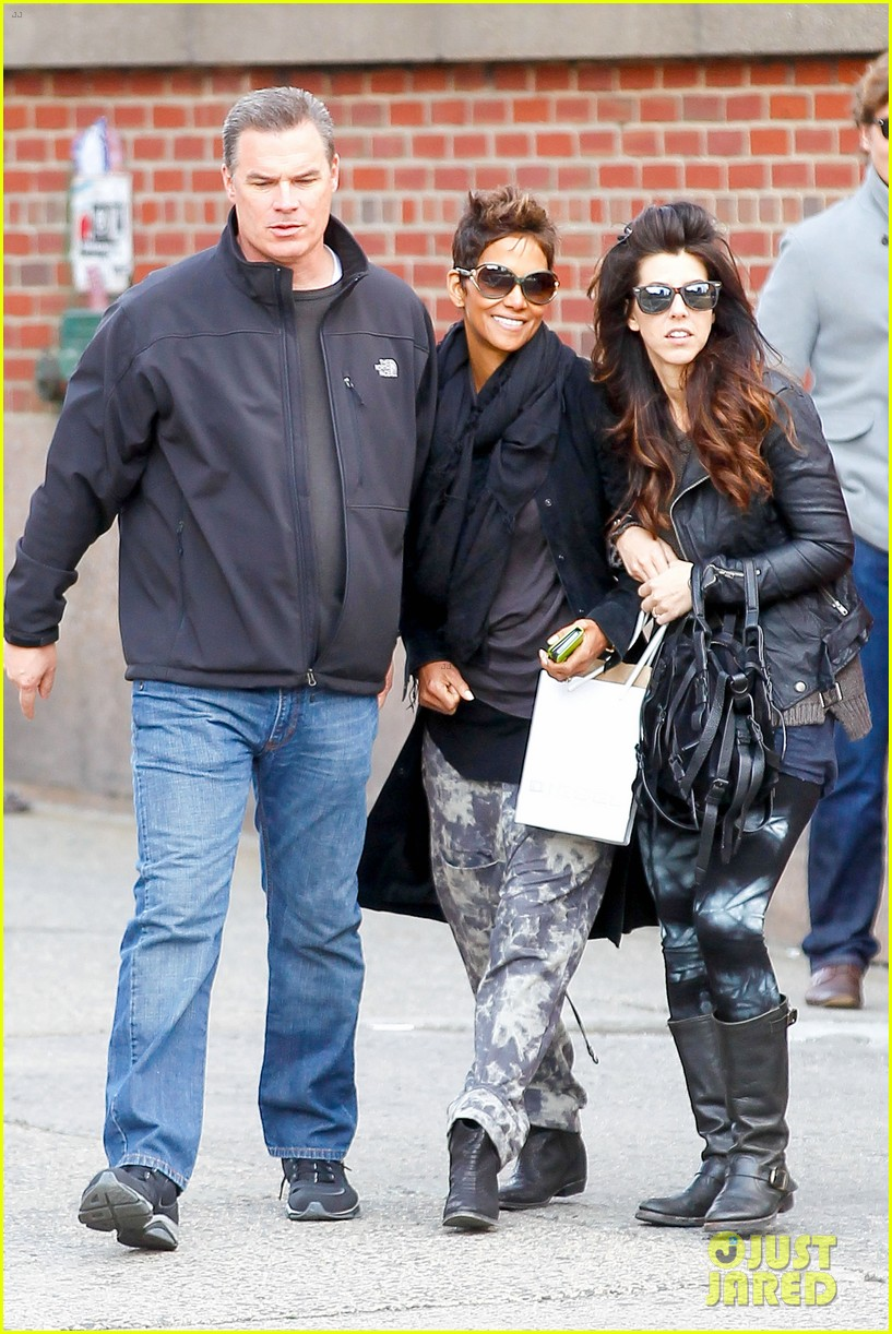 halle berry pregnant shopper in nyc 112845097
