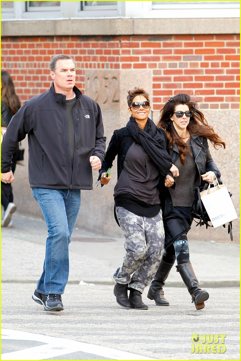 halle berry pregnant shopper in nyc 122845098
