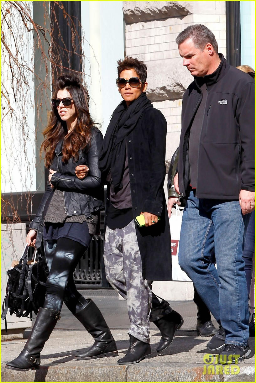 halle berry pregnant shopper in nyc 132845099