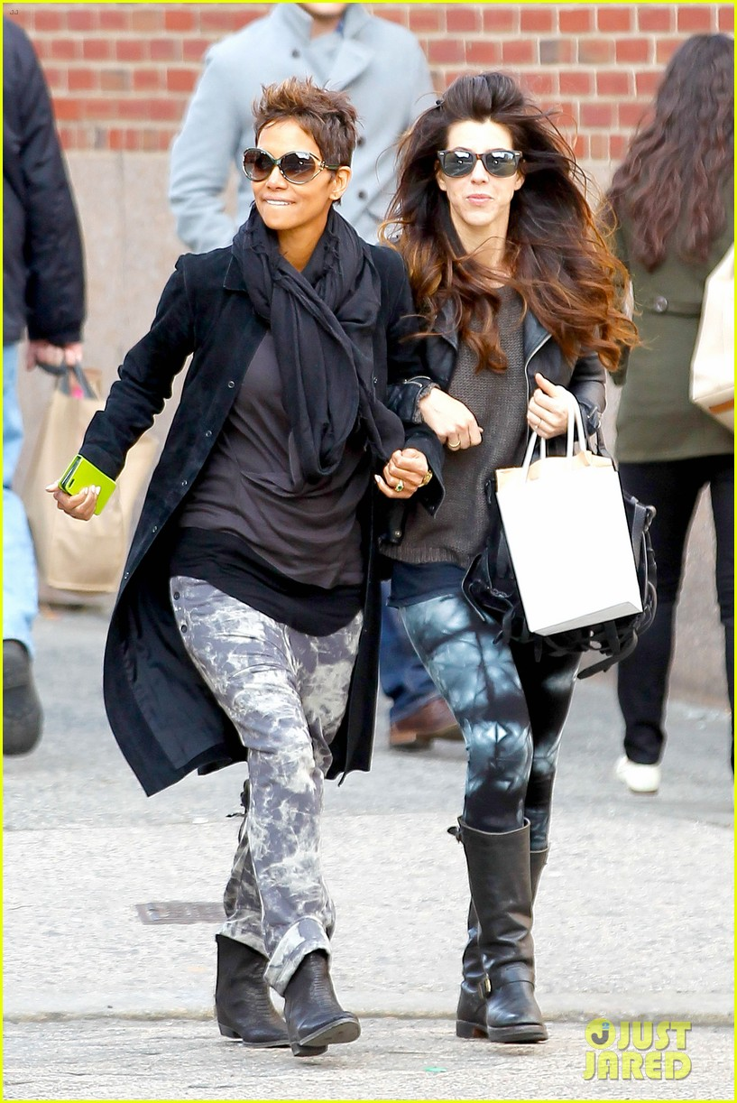 halle berry pregnant shopper in nyc 172845103