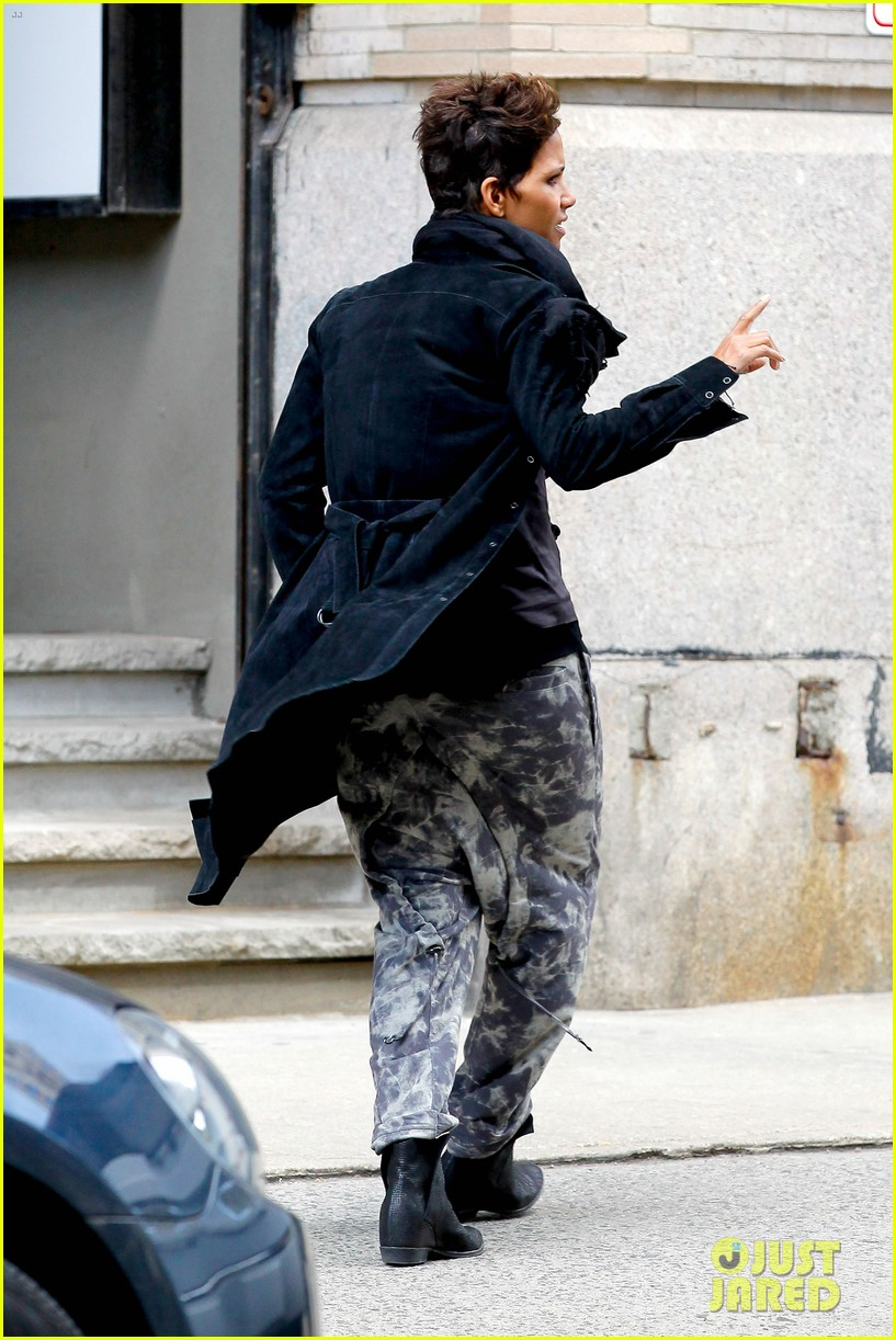 halle berry pregnant shopper in nyc 182845104