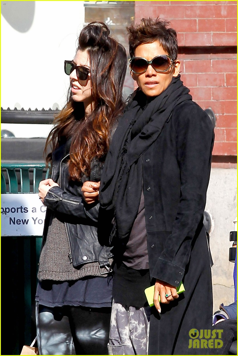 halle berry pregnant shopper in nyc 222845108