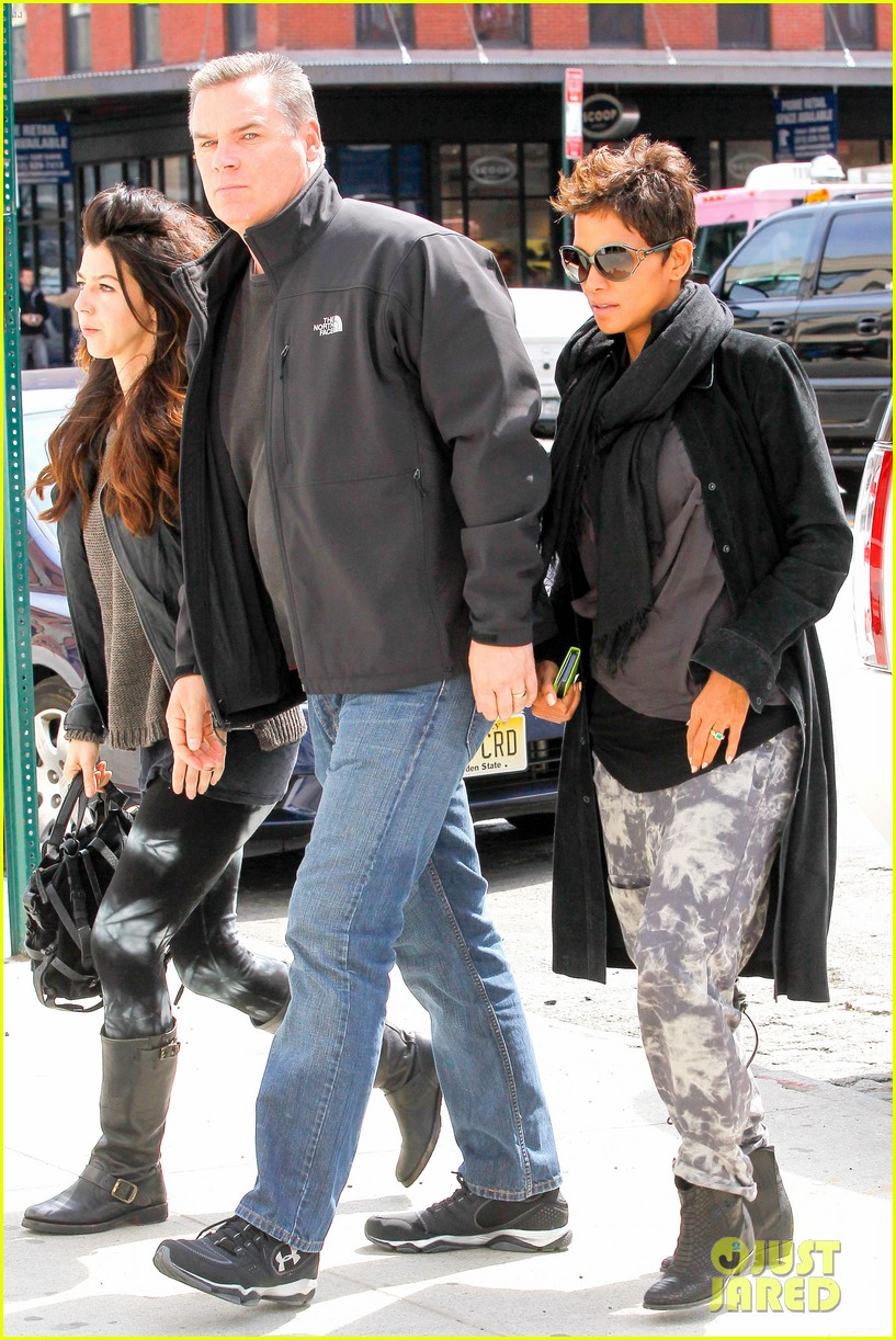 halle berry pregnant shopper in nyc 252845111